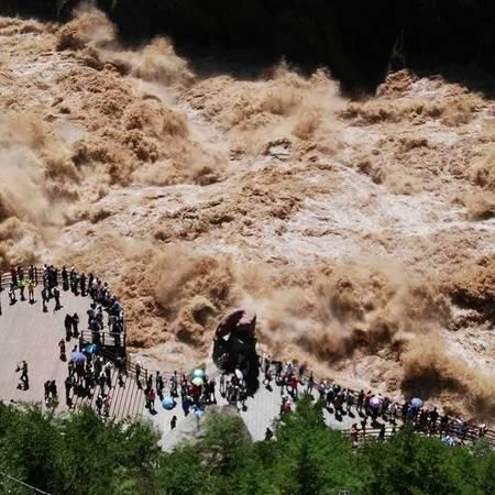 Thế nhưng nhiều du khách lại thích thú với việc này và đổ về ngày càng đông để tận mắt chứng kiến dòng nước oằn mình khi chảy qua vực sâu. Ảnh: tapudemimei_jiajia