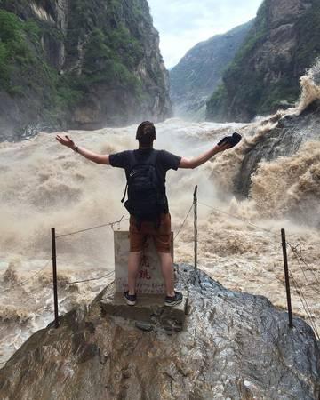 Nước chảy giữa khe núi hẹp dài đến 16km, giữa dòng chảy ngay đoạn hẹp nhất có một phiến đá lớn án ngữ, nước chảy xiết xô vào phiến đá tạo thành âm thanh vang rền khủng khiếp trong khe núi. Ảnh: cranntime