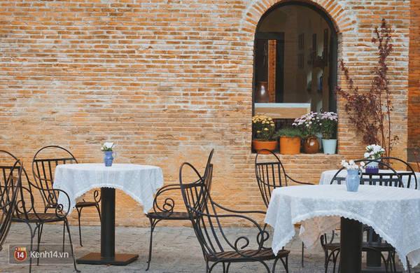 Vào những hôm thời tiết đẹp bạn có thể ngồi tại đây thưởng thức một bữa ăn kiểu Ý và nhâm nhi tách cà phê Espresso thơm nồng nàn.