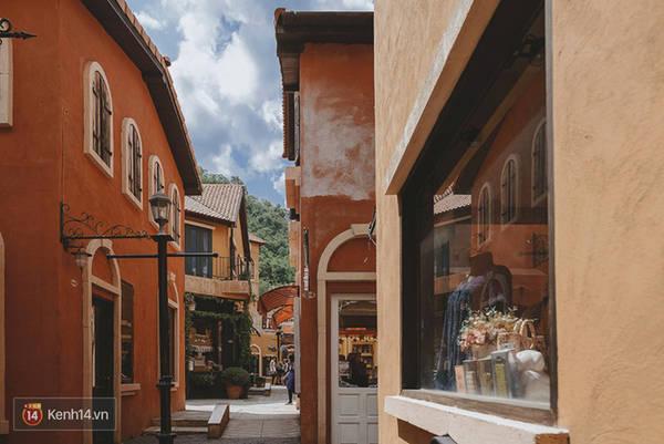 Ngăn cách các dãy này san sát nhau đó là những con đường nhỏ xinh như tại thành phố Italy.