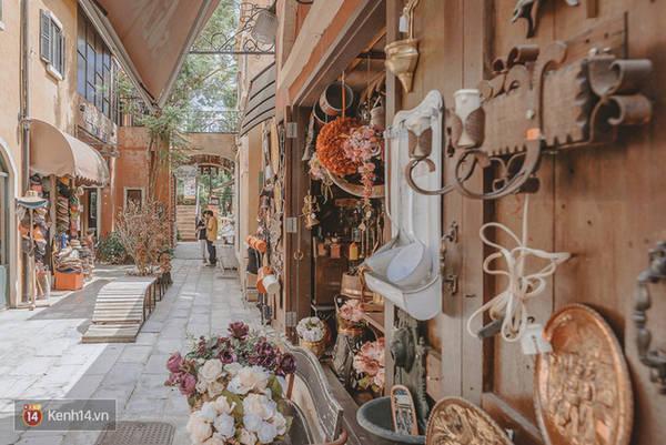 Quanh các dãy phố này là nhiều cửa hàng bán quà lưu niệm, quà trang trí kiểu Âu.
