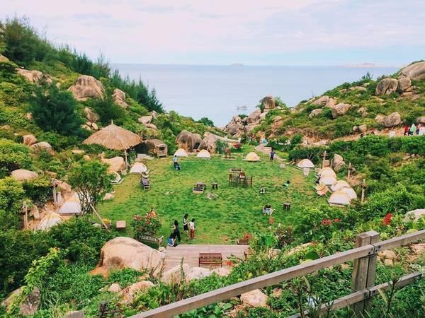 Khu dã ngoại đang được nhiều bạn trẻ chụp ảnh check-in hiện nay nằm ở biển Trung Lương, xã Cát Tiến, huyện Phù Cát, Bình Định, cách thành phố Quy Nhơn khoảng 30 km. Ảnh: viettien11