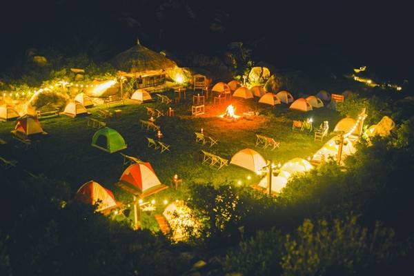 Các bạn đi theo nhóm có thể dễ dàng tổ chức cắm trại, đốt lửa trại trong không gian thơ mộng, hòa quyện của biển trời và núi non. Ngay bên cạnh là quầy bar nhỏ để bạn có thể tổ chức những bữa tiệc sôi động, vui vẻ cùng nhóm.