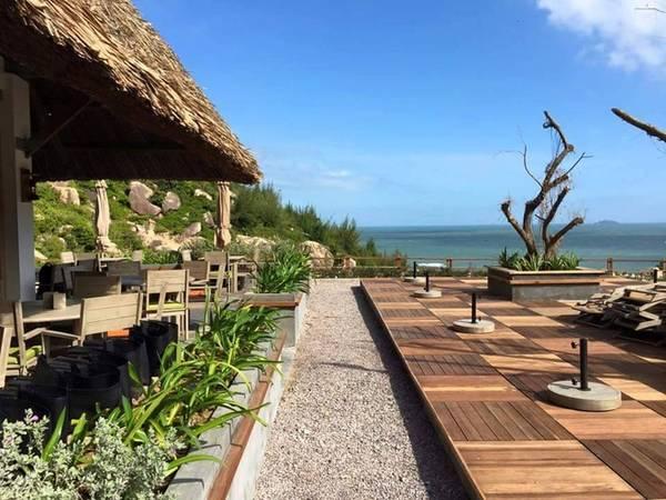 Khu vực nhà hàng nằm tách biệt nhưng không quá xa, ở vị trí cao hơn để bạn có thể dễ dàng vừa dùng bữa, vừa phóng tầm mắt ngắm nhìn một vùng biển xanh ngắt và rộng lớn.