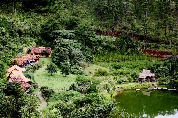 Làng Cù Lần nằm dưới chân núi Lang Biang (Đà Lạt), cách Hồ Xuân Hương và Đồi Cù 20 km. Làng rộng khoảng 30 ha, là nơi sinh sống của người dân K'ho.