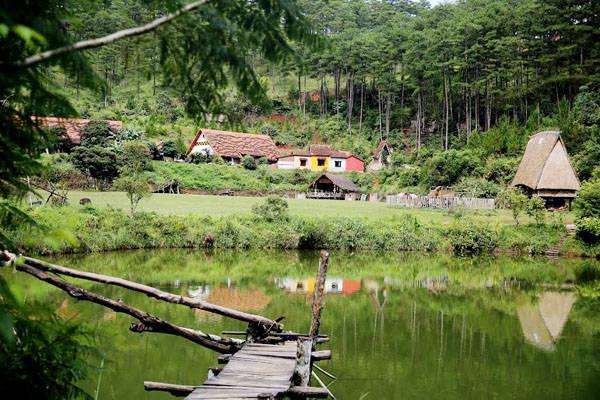 Ngôi làng nhỏ xinh này được lấy tên từ một loài cây cù lần mọc xen kẽ ở núi rừng nơi đây, đồng thời cũng xuất phát từ con cù lần - loài động vật quý hiếm nằm trong Sách Đỏ.