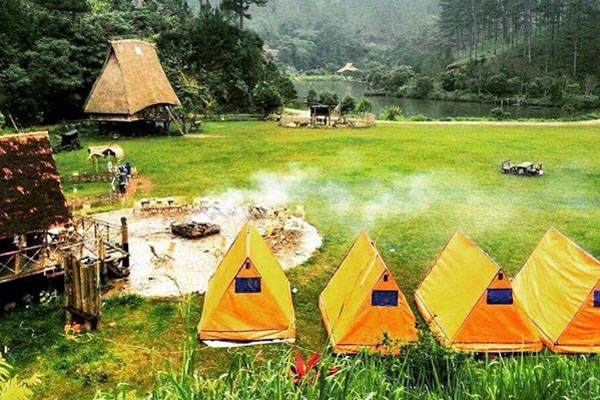 Để nghỉ chân qua đêm ở làng Cù Lần, du khách có thể chọn nghỉ trọ ở những căn nhà gỗ đầy màu sắc giữa rừng hoặc cắm trại ở khoảng sân rộng giữa làng.