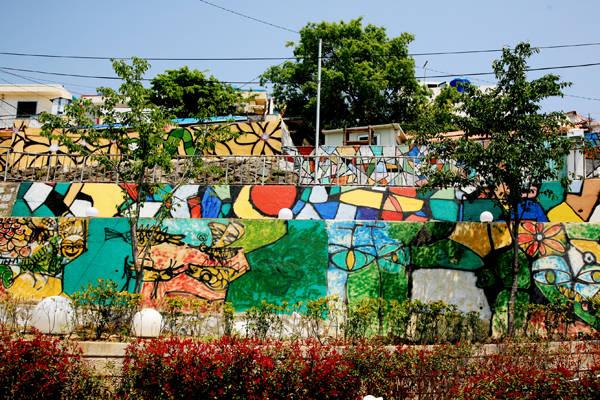 Dongpirang là một ngôi làng nhỏ ởTongyeong, phía nam tỉnh Gyeongsang, Hàn Quốc. Những ngôi nhà nơi đây bao trùm rất nhiều màu sắc rực rỡ. Trên các bức tường, lối đi, cầu thang đều được trang trí bằng các bức tranh truyện, nhân vật thần tiên. Ảnh: Instagram.