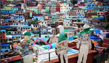 Đến với Busan ở Hàn Quốc, bạn không thể bỏ qua làng Gamcheon với những ngôi nhà màu sắc xen kẽ nhau. Gamcheon thực chất là ngôi làng nghèo từ thời chiến. Từng được xem là khu nhà ổ chuột trên đỉnh núi, nhưng nhờ dự án nghệ thuật của sinh viên trong năm 2016 mà khoảng 300 căn nhà nơi đây đã trở thành tác phẩm nghệ thuật, phòng trưng bày, quán cà phê... để cải thiện đời sống người dân. Ảnh: shoesonroad.