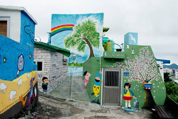 Những tác phẩm tranh tường ở làng Dongpirang đã xuất hiện từ thập kỷ trước, do những người dân địa phương và các họa sĩ cùng nhau vẽ lên những mảng màu nghệ thuật để bảo vệ ngôi làng trước kế hoạch tháo dỡ của chính quyền. Ảnh: Instagram.