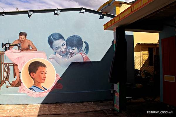 Hình ảnh cả nhà được vẽ họa trên chính bức tranh tường của gia đình.