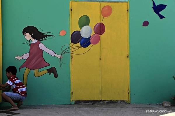 Lũ trẻ vô tư vui đùa bên tranh, cho trí tưởng tượng bay cao!