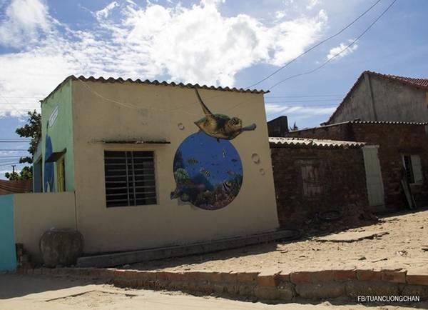 Ngôi làng chài nhỏ nhắn, có nhiều bức tranh tường do các họa sĩ Hàn Quốc vẽ.