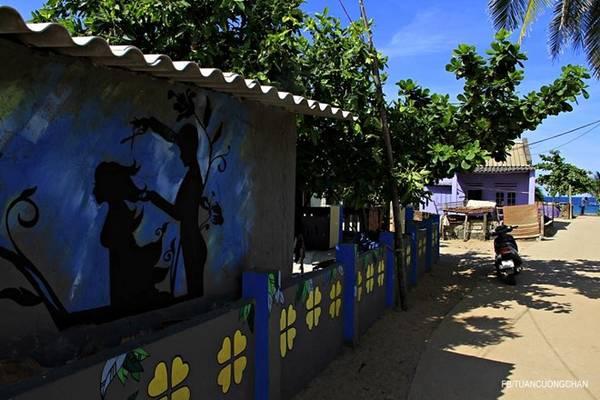 Ngoài những bức tranh trên tường, các cửa sổ và hàng rào xung quanh cũng được tô điểm nhiều màu sắc rực rỡ bắt mắt.