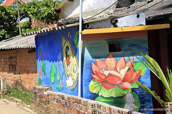 Chúng tôi đi xung quanh ngôi làng để trò chuyện với người dân. Mọi người rất gần gũi, thân thiện, kể lại những câu chuyện xung quanh những bức tranh cho đoàn.