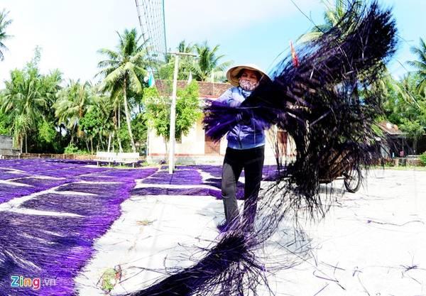 Sợi cói nhuộm màu xong được mang ra sân phơi khô.