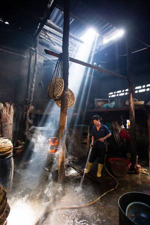Sau một ngày làm việc, người ta thường vệ sinh sạch sẽ không gian chế biến. Mùi đặc trưng của lò hấp cá sẽ ám vào quần áo, tóc nặng đến mứckhó có thể tẩy sạch hết được. Ngày mới vào nghề người thợ nào cũng phải mất khá nhiều thời gian để làm quen với  mùi đặc trưng của lò hấp và không gian chế biến cá. Trước đây mỗi lò thường làm từ một đến hai tạ cá mỗi ngày nhưng giờ sản lượng giảm còn một nửa. Hiện các lò chỉ làm từ sáng đến trưa là hết việc, một số ít lò còn làm tiếp đến chiều.