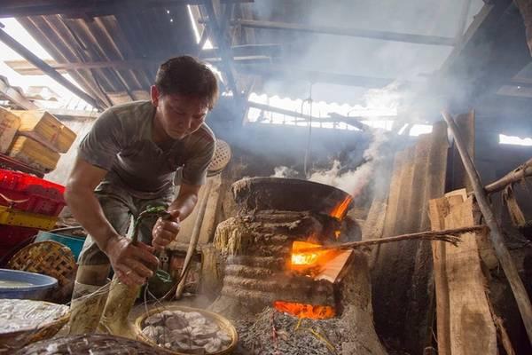 Cá đã qua sơ chế sẽ được đưa lần lượt vào lò hấp với nước đang sôi sùng sục trên bếp.