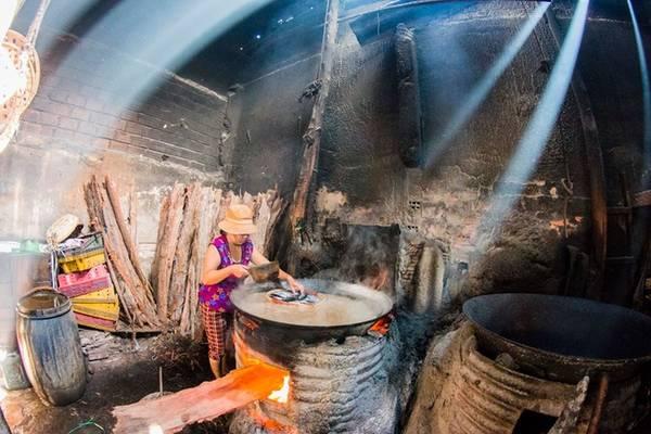 Nước hấp được pha theo công thức riêng để đảm bảo vị đậm đà của cá biển. Thời gian hấp cá của mỗi loại cũng được căn hợp lý để cá chín tới, đảm bảo thịt dai và giữ nguyên vị ngon.