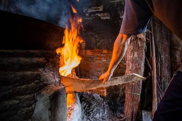Các lò hấp rực lửa từ khoảng 5h sáng. Vào những ngày nóng bức, nhiệt độ của không gian quanh bếp lên tới 50-60 độ C. Ngọn lửa hắt ra nhiệt lượng bỏng rát chân tay, mặt khiến những người không quen cảm thấy khó thở, tức ngực.
