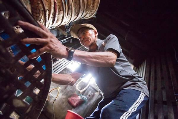 Thu nhập từ công việc này khoảng 100.000 - 200.000 đồng một ngày giúp họ trang trải cuộc sống. Đây cũng là động lực để họ vượt qua cái nóng hầm hập của lò hấp hàng ngày.