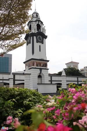 Đài tưởng niệm Birch với tháp đồng hồ và những bức tranh vẽ về các nền văn hóa. Ảnh: Bảo Phong.