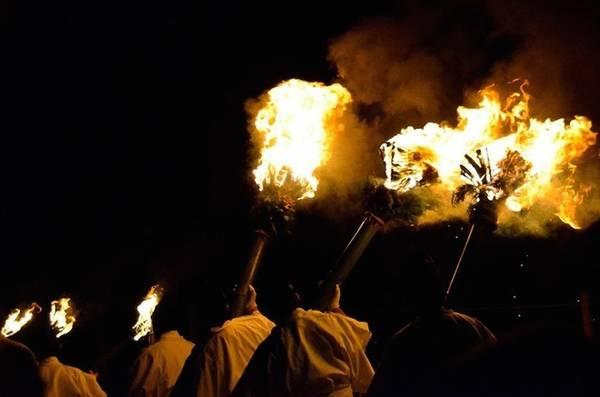 Lễ hội Wakakusa Yamayaki tổ chức vào ngày thứ 7 tuần thứ 4 của tháng 1. Nguồn gốc lễ hội cho đến nay vẫn không thực sự rõ ràng, tuy nhiên nhiều người cho rằng nguyên nhân xuất phát từ việc tranh chấp giữa hai ngôi đền Todai-ji và Kofuku-ji năm 1760 xung quanh quyền sở hữu ngọn núi Wakakusa. Do hòa giải không thành, họ quyết định đốt ngọn núi để giải quyết mâu thuẫn. Tuy nhiên, theo một truyền thuyết khác, nguyên nhân đốt núi được cho là để xua đuổi lũ heo rừng, không cho chúng tấn công người dân. Ảnh: Nagoya Taro.