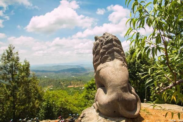 """Hai chú sư tử ngồi trước Quán Chiếu Đường như """"trấn giữ"""" sự thanh bình cho nơi này."""
