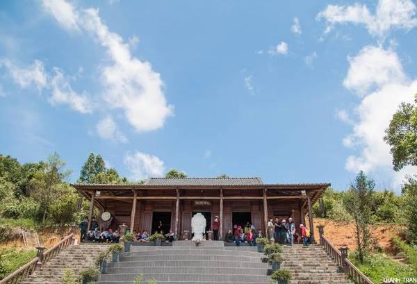 Quán Chiếu Đường được khá nhiều bạn trẻ đến và cực kì thích thú với quang cảnh đẹp và lạ của nó.