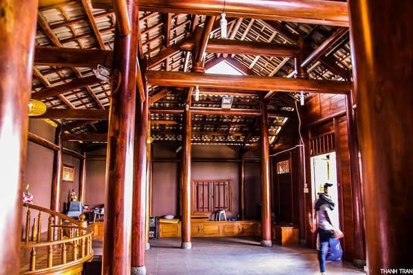Bên trong Quán Chiếu Đường được thiết kế nội thất khá đẹp và mang vẻ hoài cổ với những trụ gỗ và bóng đèn vàng.