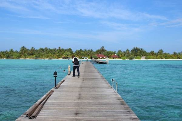 Resort 3 sao: Fun Island cách sân bay quốc tế Ibrahim Nasir 37 km, tương đương với 45 phút di chuyển bằng tàu cao tốc. Hiện tại đây là địa điểm ưa thích của những cặp vợ chồng già người Italy những người tìm kiếm một nơi không quá đắt đỏ chỉ để trải nghiệm những giây phút thật bình yên bên nhau.