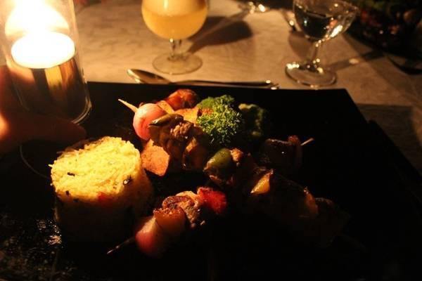 Bữa tối lãng mạn bên ánh nến lung linh.