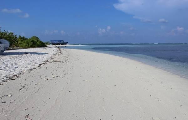 Bãi biển ở đây có cát trắng mịn, và vô vàn sắc xanh đầy mê hoặc.