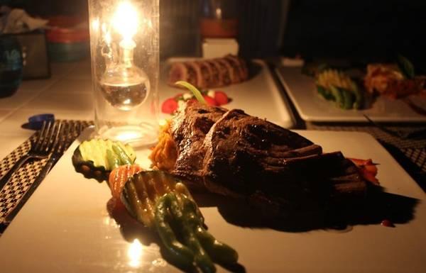Bữa tối lãng mạn bên bờ biển, dưới ánh trăng, với những món ăn chế biến từ cá ngừ đại dương tươi rói, ngon tuyệt.