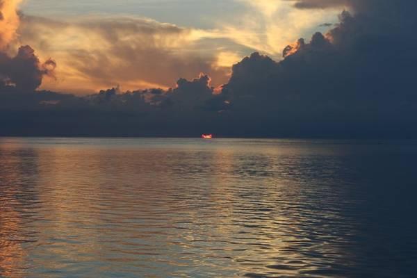Đón bình minh yên ả, khi mặt trời đang đội biển nhô lên. Ảnh chụp không lột tả hết được vẻ đẹp của những buổi sáng Maldives.