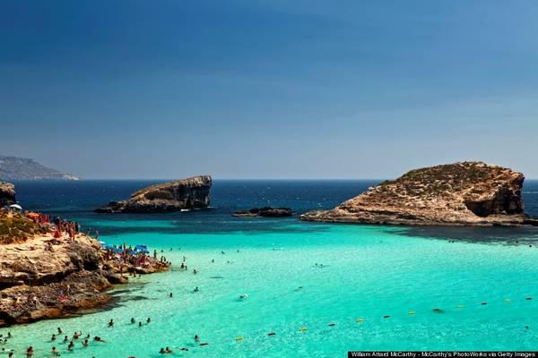 Malta có đủ kiểu bãi biển dành cho du khách, với cát vàng, cát đỏ, các phá nước xanh. Đừng bỏ qua khu Blue Lagoon ở Comino, một trong những vùng nước trong nhất thế giới. Ảnh: Huffingtonpost.