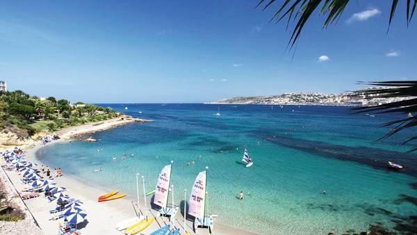 Các khu nghỉ dưỡng và bãi biển cát đẹp nằm chủ yếu ở phía bắc Malta, nổi tiếng nhất là vịnh Mellieħa, Għajn Tuffieħa và vịnh Golden. Nếu muốn tìm các bãi biển nhỏ và yên tĩnh hơn, bạn có thể tới vịnh Paradise và Armier. Ảnh: Firstchoice.