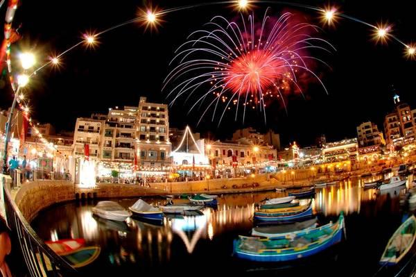 Malta còn có cuộc sống về đêm sôi động, với các hộp đêm nổi tiếng thế giới như Tiësto, Paul van Dyk, Ferry Corsten và Carl Cox. Ngoài ra, bạn còn có thể tới các hộp đêm ngoài trời, thưởng thức đồ uống và thả mình trong âm nhạc. Ảnh: Nightlife-cityguide.