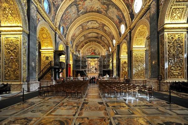 Đừng bỏ lỡ cơ hội tới thăm thánh đường St. John và chiêm ngưỡng các bức họa vô giá ở đây. Ảnh: Aizakbuyondo.