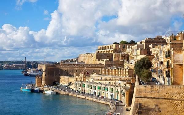 Malta có vị trí chiến lược nằm giữa châu Âu, Bắc Phi và Trung Đông, từng nằm dưới sự chiếm đóng của người Phoenicia, người Aragone, Các hiệp sĩ Thánh John, người Pháp và người Anh. Quốc gia này còn có vai trò quan trọng trong nhiều cuộc chiến nổi tiếng nhất lịch sử, như giữa châu Âu Công giáo và đế chế Otttoman, thành công và thất bại của Napoleon, cũng như Thế chiến II. Ảnh: Telegraph.