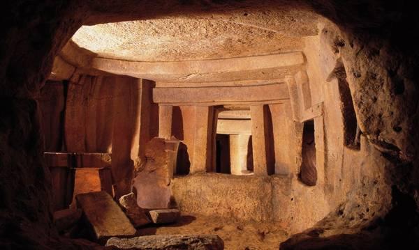 Khu chôn cất dưới lòng đất Ħal Saflieni hình thành từ năm 4.000 trước Công Nguyên, với các buồng đá thông nhau và có 3 tầng. Nơi đây còn có nhiều tác phẩm nghệ thuật tiền sử được bảo tồn kỹ lưỡng. Ảnh: Visitmalta.