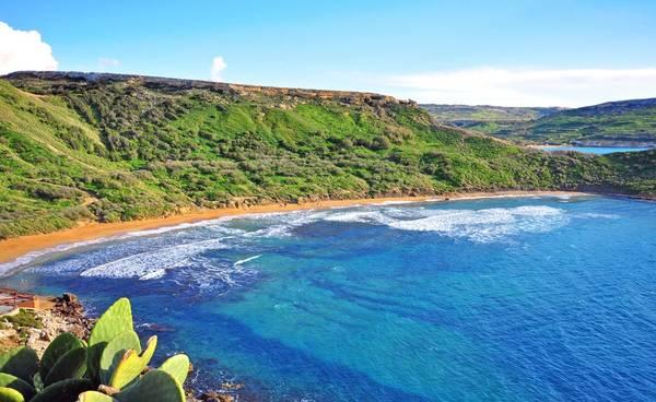 Nằm ở Địa Trung Hải, Malta có nhiều bãi biển tuyệt đẹp với làn nước xanh biếc, trong vắt đặc trưng. Vào mùa hè, nước ấm rất thích hợp để bơi lội. Mùa đông, nơi đây là điểm tham quan bằng thuyền lý tưởng. Bạn có thể đi phà từ Sliema tới Valletta, hay đi du thuyền để ngắm nhìn cảnh biển. Ảnh: Marinahotel.