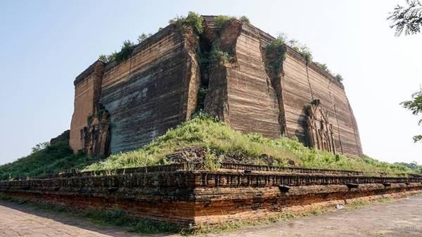 Đền Mingun Pathodawgyi. Mingun có nghĩa là vết nứt. Phế tích Mingun được xây cao chừng 50 m trên mặt bằng khoảng 140 m2. Đến năm 1838, một trận động đất lớn đã khiến phần trên của chùa sụp xuống, nhưng ngày nay Mingun Pathodawgyi vẫn sừng sững bên sông với những vết nứt khiến hậu thế kinh ngạc.