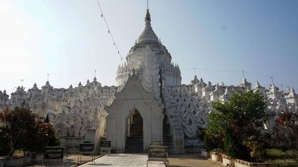 Kuthodaw, nơi vẫn được ghi nhận là lưu giữ cuốn sách lớn nhất thế giới, với 729 tấm bia đá được khắc kinh Phật. Kuthodaw có rất nhiều ngôi đền, miếu nhỏ, mà trong đó có một phiến đá chép lại kinh Phật. Mỗi tấm đá cẩm thạch được chạm khắc tỉ mỉ. Phải mất 7 năm rưỡi thì người ta mới hoàn thành công trình công phu này.  Bạn có thể chiêm ngưỡng vẻ đẹp của những tấm đá ở Kuthodaw, nhưng một điều chắc chắn rằng, muốn xem qua tất cả là bất khả thi, vì Kuthodaw rất rộng lớn. Để thăm hết số trang kinh Phật này, một người cần trung bình hơn một tuần.
