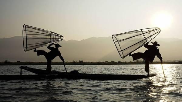Chèo thuyền bằng một chân - hình ảnh bạn dễ dàng bắt gặp trên khắp mặt hồ Inle.