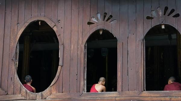Tu viện Shwe Yaunghwe Kyaung nằm cách thị trấn Naunghwe 1 km về phía bắc, được xây bằng gỗ tếch với những ô cửa hình oval độc đáo. Nơi đây cũng được mệnh danh là tu viện của Hoàng tử xứ Shan.