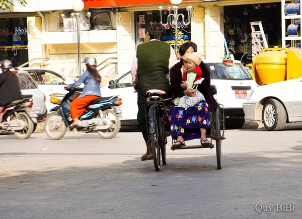 Myanmar bị cấm vận suốt một thời gian dài, nên những phương tiện đi lại chủ yếu ở đây nhìn chung giống nước chúng ta những năm 1990.