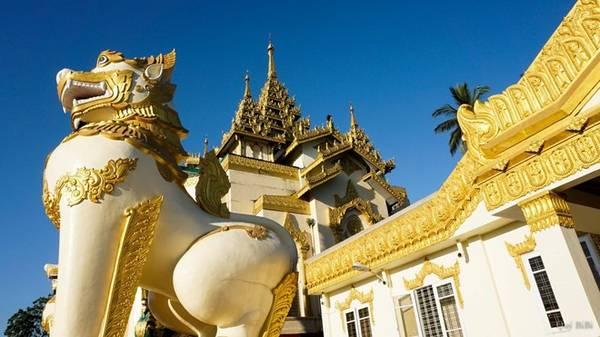 Tượng sư tử thần to lớn ở cổng chùa Vàng.