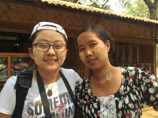 Tại Mahabodi Pagoda, chúng tôi được chị Thwin Thwin ở chùa Mahabodi (tên Myanmar nên không chắc phiên âm đúng không) rất dễ thương thoa thanaka lên mặt cho miễn phí.