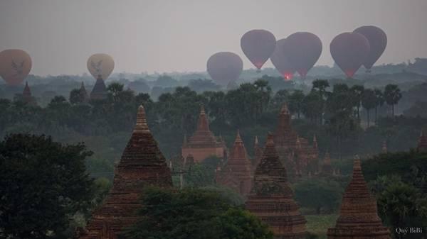Nếu bạn có tiền, hãy bỏ ra khoảng 320 USD một người để thử cảm giác lơ lửng trên những quả khinh khí cầu, ngắm nhìn toàn cảnh Old Bagan hùng vĩ, kì bí.
